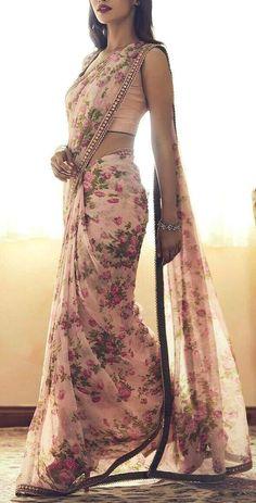Trendy Sarees, Stylish Sarees, Fancy Sarees, Simple Sarees, Dress Indian Style, Indian Fashion Dresses, Indian Designer Outfits, Indian Fashion Trends, Moda Indiana