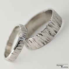 Kovaný nerezový snubní prsten - WOOD Kovaný nerezový snubní prsten - WOOD Vyhotoven z ručně kované nerezové antialergické oceli. Povrch je kovaný tak, aby připomínaly kůru stromu a je jemně vyleštěn. Vnitřek prstenu je přebroušen a dohladka a vyleštěn. prsten je bez spoje - plný kroužek Rozměry (šířka, tloušťka, průměr) dle Vaší volby. Cena za 1 prsten Dodání ...