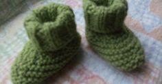 Receita das Botinhas de Bebé   Material:restinhos de fio para bebé*,um par de agulhas nº4.  Amostra:22mX30 carr =10X10 cm  Tamanho:1/3 mese...