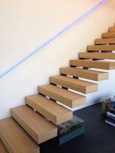 Le propre de l'escalier KESSON est d'offrir le principe du KONSOL grâce aux crémaillères qui le rendent autoportant. Le peu de structure métallique visible souligne la finesse de sa ligne ; la présenc [...] Contemporary Stairs, Modern Stairs, Contemporary Decor, Diy Garden Furniture, Furniture Decor, Cantilever Stairs, Stairs Architecture, Prefab Homes, Staircase Design