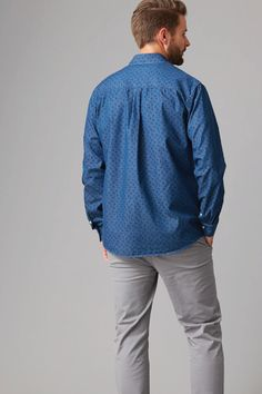 Cut in our regular fit in a breathable cotton this printed indigo shirt is as versatile as it is stylish. Featuring a left chest pocket, contrast trims and a box pleat cut into the back for added comfort. We've finished this shirt with branded Wild South buttons and woven shirt tag. Wear open and layer over your favourite tee or button up and team with a slim chino.
