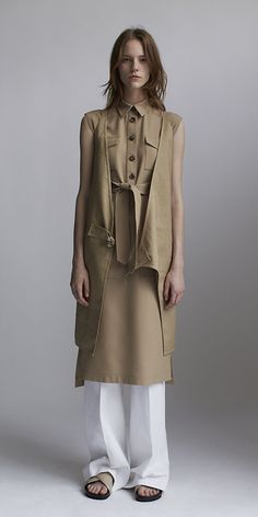 CÉLINE 2014 Spring ready to wear look 22 BEIGE DOUBLE FACE LINEN CANVAS DRESS, BEIGE TRENCH WOOL GABARDINE DRESS, WHITE COTTON DRILL TROUSERS, CRISS CROSS BOXY FLAT IN SOFT PATENT BEIGE/BLACK
