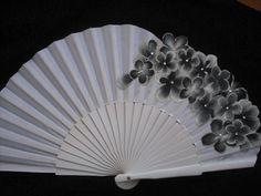 Se trata de una hermosa pintura de un ventilador por mí mismo. Brillante color negro y blanco y pequeños diamantes de imitación en las flores...   Medidas: -Desplegado, es 43 cm x 23,5 cm (9,3 x 16.9 pulgadas) -Doblado, es 4 x 23,5 cm (1.6 x 9,3 pulgadas)  Ventiladores plegables tienen una larga historia de tradición en España. Vienen en muy útiles en climas cálidos y espacios cerrados, calientes y son un modo complemennt... Además, los aficionados pintados pueden ser un regalo de espléndida…