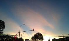 Semaforo y cielo rojo