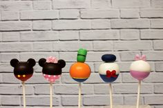 These cake pops are perfect for the Mickey Mouse lover in all of us! Frosting, Icing, Custom Cookies, Cakepops, Cake Decorating, Mickey Mouse, Magic, Urban, Disney
