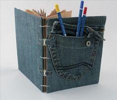 Using some old jeans to cover a notebook. Forrar una agenda con unos tejanos reciclados.