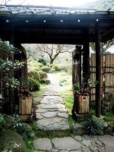 ●吉池旅館【設備 < 庭園 >】源泉の入り口    この先に、源泉があるようです  入り口には、両側季節の花  椿が活けられていました