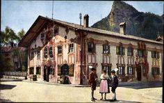 Ansichtskarte / Postkarte Oberammergau in Oberbayern, Volkstrachtengruppe am Pilatushaus