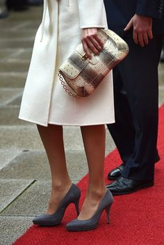 Today, Letizia accessorized with her grey suede Magrit pumps, a style she owns in many color and fabric variations, and she debuted a new snake patterned flap clutch with chain. Unfortunately, I have been unable to ID the bag.