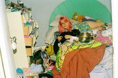 Na adolescência, normalmente o quarto das meninas é uma verdadeira zona, só a própria dona sabe onde estão as roupas, ou algum objeto.  Quem retrata bem