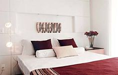 Um painel de madeira substitui a cabeceira tradicional neste quarto de casal....