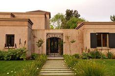 Color y molduras Fachada Colonial, Stucco Homes, Kerala Houses, Santa Fe Style, Bungalow House Design, Ideal Home, Home Deco, Exterior Design, House Plans