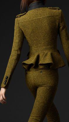 El tweed (palabra que proviene del río Tweed, de Escocia), es un tejido de lana áspera, cálido y resistente, originario de Escocia. La textura es calada y elástica, parecida a la del cheviot, pero más apretada. Se fabrica en liso o tejido de sarga y a menudo muestra el patrón en forma de espina de pescado, o herringbone. Se obtiene girando juntas varias hebras de lana de diferentes colores en un hilo de dos o tres capas. La pelusa que se crea en la superficie del tejido rechaza el agua.