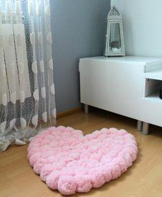 pompon en laine, tapis en rose, mur et rideau blancs, lanterne portable