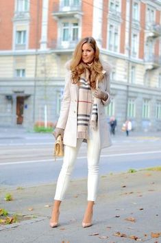 44 Pretty Classy Outfit Ideas For Women Dressing with class does not need expensive designer clothing. Even no named clothes with high quality materials and clean designs can work good on you. All you need is to maintain your outfit refined and tasteful. Stylish Winter Outfits, Winter Fashion Casual, Winter Outfits For Work, Casual Summer Outfits, Casual Fall, Winter Style, Autumn Outfits, Classy Casual, Stylish Clothes