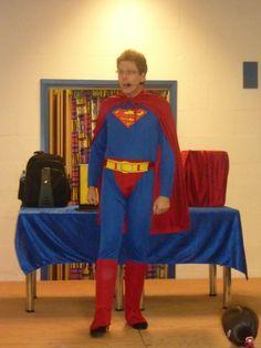 Supernoud stelt zich voor aan de kinderen die gekomen zijn voor de goochelshow in het kader van het kinderboekenweek-thema 2011 over superhelden.