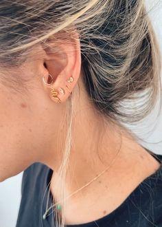 Los topos universo son ideales para usarlo en cualquier outfit 💛  Descubre todas las combinaciones en 🤍 www.retroaccesorios.co 🤍       #joyeriahechoamano #candongas #joyeriapersonalizada #topitos #joyeriademoda #joyeriaonline #aritos #joyasplata925 #arosplata #arosdeplata #argollitas #aretespequeños #aretesdorados #aretesdeoro #925sterlingsilverjewelry #earcuffsph #earringslove #earringlovers #joyeriamedellin #joyeríadeplata #argollas #joyería #jewelrystore Jewelry Stores, Mini, Retro, Earrings, Gold Hoop Earrings, Gold Stud Earrings, Silver Hoops, Gold Plating, Color Combinations