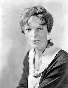 Amelia Earhart fue una de las primeras mujeres aviadoras. Fue la primera mujer en cruzar el Atlántico en avión.