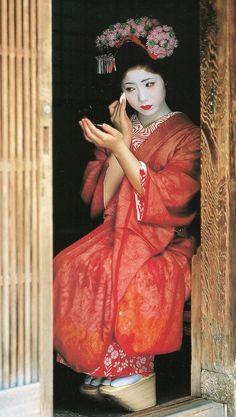 GEISHA..........PHOTO BY BIKA BIKA........ON FLICKR.........SOURCE THEKIMONOGALLERY.TUMBLR.COM...........Whether independent or not, life geisha is shared with all hanamachi: every important occasion (beginning and end of learning, mizuage etc.), a geisha toured his hanamachi and announced the news to teahouses patrons by offering them food or gifts. Generally, a ceremony was also held in the usual tea house of geisha...........