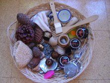 Panera dels tresors de la llar d'infants Les Baldufes Olot. Girona Montessori, Toddler Play, Baby Play, Heuristic Play, Treasure Basket, 3rd Baby, Infant Activities, Early Learning, Early Childhood