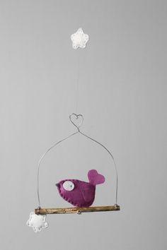 LE BAL DES FÉES - Des lampes pour que s'immisce une ambiance romantique... Ou bien juste pour retomber en enfance en même temps qu'agrémenter votre décoration intérieure, quelques figurines qui prennent joliment la pose ou se mettent à valser suspendues au bout d'un fil