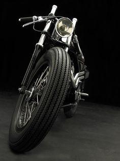 Já referi esta moto anteriormente, com o logótipo da Channel . Construída pelos franceses da Vicente de Southsiders MC , esta Triton  tem mu...