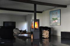 Moderne vrijstaande vierkante hoge kachel met houtvak | Profires partner Jos Harm · inspiratie voor sfeerverwarming