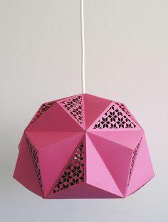 Sfeervolle en vrolijke lamp geïnspireerd op geometrische vormen.  Door de verschillende vlakken en patronen in de lamp ontstaan speelse lichtvlakken in het interieur.  Wij raden aan om deze...