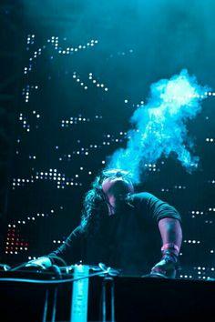 Fumando y haciendo musica electronica❤