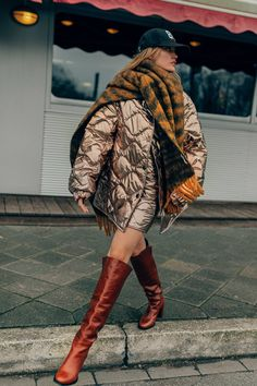 Dorothee Schumacher Fall 2020 Ready-to-Wear Fashion Show - Sponsored - Vogue 00s Mode, Mode Dope, Quilted Skirt, Fashion Outfits, Womens Fashion, Fashion Trends, Street Style Edgy, Street Style Looks, Foto Instagram