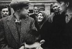 Mayday-1959- William Klein -Moscú Barthes ignoraba alguna intención artística, el quería ver la fotografía de Moscú  como un documento de cómo los rusos vestían y llevaban su pelo en el 1959. Los moscovitas , esperaban para pasar en una parada y no sólo representaban una diversidad étnica sino también una diversidad de posibles relaciones entre el fotógrafo y el sujeto.  Se ven 7 personas. En el centro una mujer mayor ,que se da cuenta de que está siendo fotografiada con una postura…