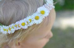 Att binda en blomsterkrans till håretär enkelt och blir så sött om man använder endast en sorts blomma. Perfekt nu när trädgården blommar fulltav Bellis, en såsöt blomma. Glad nationaldag på era...