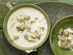 Cremige Pilzsuppe mit Champignons, Steinpilzen und Thymian | http://eatsmarter.de/rezepte/cremige-pilzsuppe-smarter