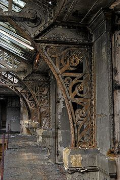 I have no idea where this is, but look at that metalwork... gorgeous! verschnörkelte Pfeiler, via Flickr.