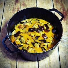 Curry d'aubergines à servir accompagné de riz basmati pour un plat complet veggie !