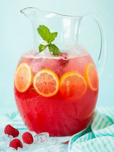 A perfect blend of bubbly and fruity, this sparkling raspberry lemonade will cool you off on the hottest day of the season. Garnish with mint for an extra kick. Honey Lemonade, Raspberry Lemonade, Healthy Toddler Snacks, Good Healthy Snacks, Cleanse Program, My Best Recipe, How To Squeeze Lemons, Cooking With Kids, Detox Tea