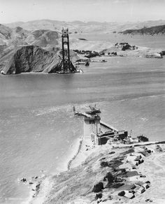 A picture of the Golden Gate Bridge under construction in San Francisco in 1934 Ponte Golden Gate, Golden Gate Bridge, San Francisco City, San Francisco California, California California, Famous Buildings, Famous Landmarks, Old Pictures, Old Photos