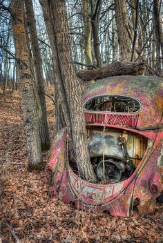 Vintage car and supercar famous photos Abandoned Mansions, Abandoned Buildings, Abandoned Houses, Abandoned Places, Vw Vintage, Vintage Trucks, Old Trucks, Kdf Wagen, Pompe A Essence