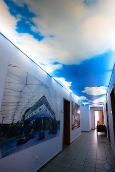 Decoración de pasillo con techo tensado impreso translúcido.