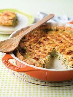1. Reinig de andijvie. Snij ze in grove stukken. Pel de ui en snipper fijn. Stoof samen aan in wat olijfolie. Laat 5 minuten sudderen. Giet af in een vergiet en laat goed uitlekken. 2. Wrijf de taartvorm in met een weinig boter. Bebloem en tik het teveel bloem af.