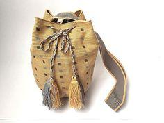 WAYUU BAG – Medium-Sized Mochila. Handwoven by a woman from the Wayuu Tribe. www.colombiart.co