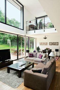 Une maison moderne qui invite le jardin à l'intérieur