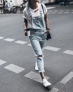casual look: distressed overalls, adidas stan smith Street Style Outfits, Look Street Style, Fall Outfits, Summer Outfits, Casual Outfits, Moda Outfits, Denim Outfits, Denim Ootd, Ripped Denim