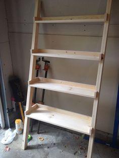 DIY Ladder Bookshelf, An Easy Weekend Project - Diy Furniture Beds Ideen Ladder Bookshelf, Diy Ladder, Leaning Bookshelf, Bookshelf Ideas, Bookcase Plans, Leaning Shelf, Low Bookcase, Bookshelf Design, Book Shelves
