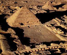 Saqqara es conocido por su pirámide escalonada, la más antigua conocida de las 97 pirámides de Egipto. Fue construida para el rey Zoser de la dinastía III por su arquitecto y genio Imhotep.