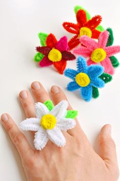 These pipe cleaner daisy rings are so fun and they're really easy to make! - These pipe cleaner daisy rings are so fun and they're really easy to make! This is such a fun sum - Arts And Crafts For Teens, Art And Craft Videos, Summer Crafts For Kids, Craft Projects For Kids, Easy Crafts For Kids, Craft Activities For Kids, Spring Crafts, Toddler Crafts, Preschool Crafts