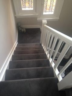 Carpet Runners For Stairs Uk Grey Carpet Living Room, Grey Carpet Bedroom, New Living Room, House Staircase, Interior Staircase, Staircase Ideas, Stairway Carpet, Carpet Stairs, Stair Renovation