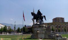 Visitare Tirana - La statua di Skanderbeg
