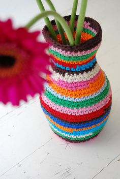 :: sew it 31 incredibly easy and clever DIY projects Tote pattern crochet vase cover Crochet Vase, Crochet Diy, Crochet Home Decor, Love Crochet, Crochet Flowers, Crochet Stitches, Crochet Patterns, Crochet Gratis, Yarn Bombing