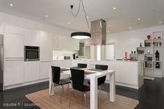 Black floor and white cabinet / Mustat lattiat ja valkoinen kaapisto